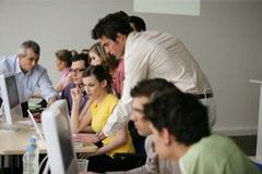 image etudiants-travaillant-face-a-un-ordinateur